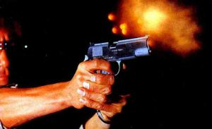 armas de fogueo disparando